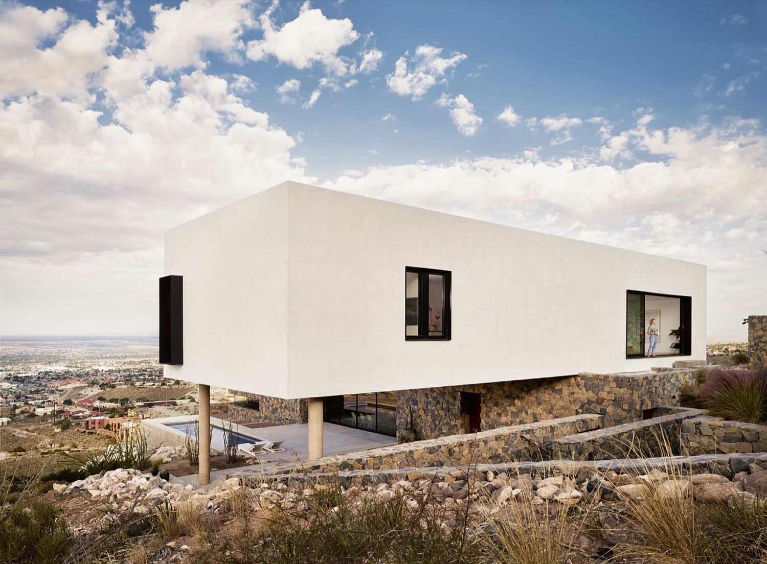 Striaght lines and a facade in white give the mountain home a contemporary look