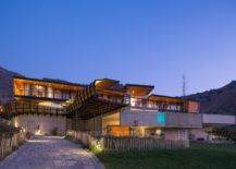 Stunning-sculptural-contemporary-home-in-Santiago-Chile-217x155