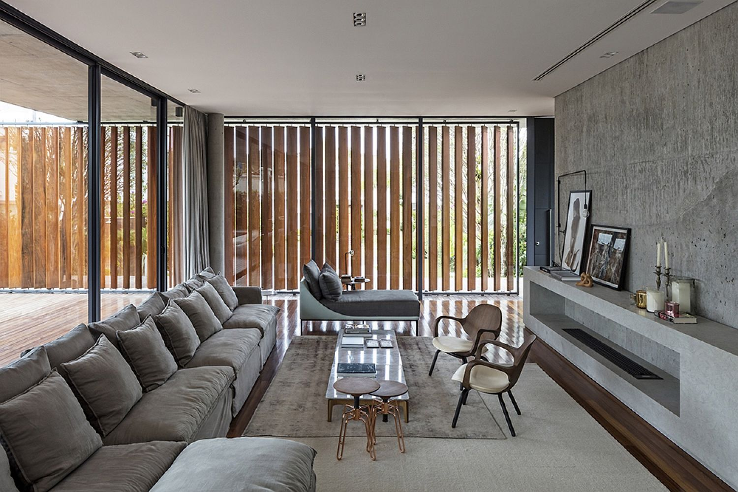 Wooden-slats-allows-those-inside-to-shift-between-privacy-and-unabated-views