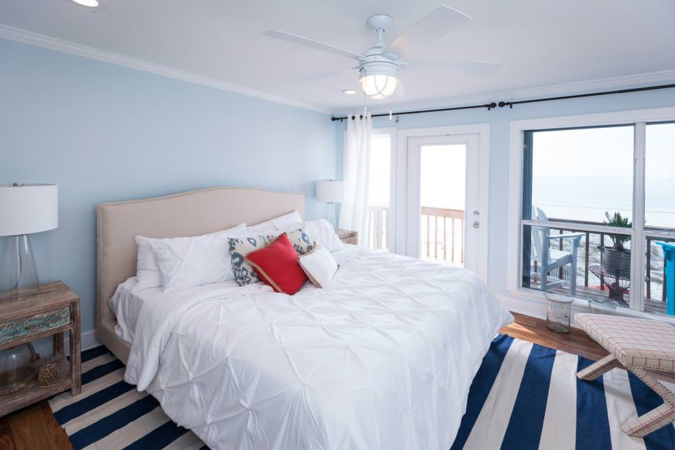 A coastal bedroom that combines the charm of blue and the brightness of white