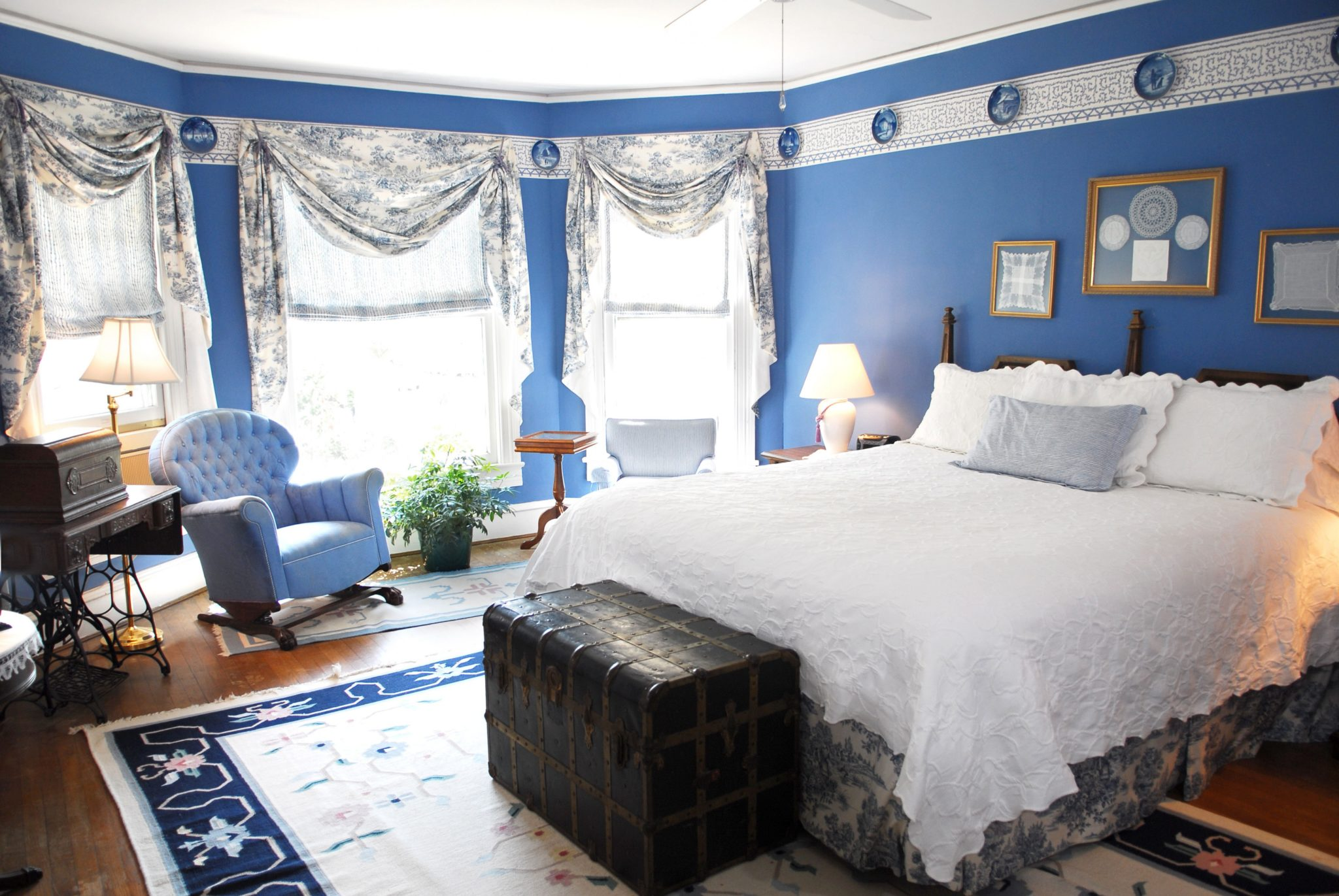 Blue bedroom with a cozy atmosphere