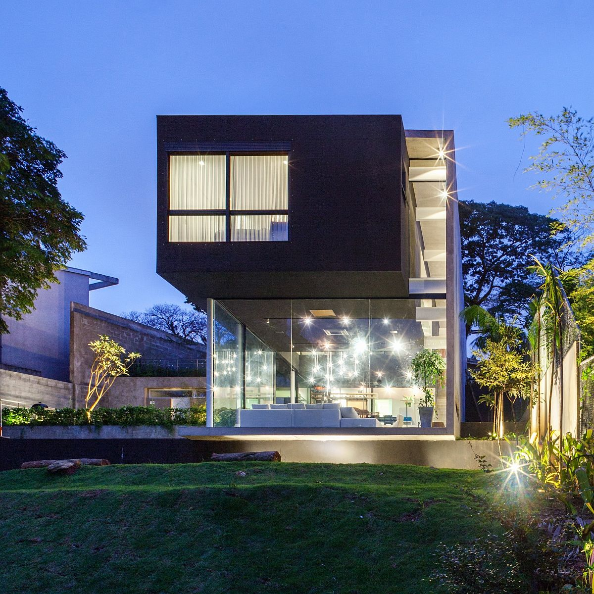 Cantilevered-top-structure-sits-lightly-above-the-glazed-lower-level