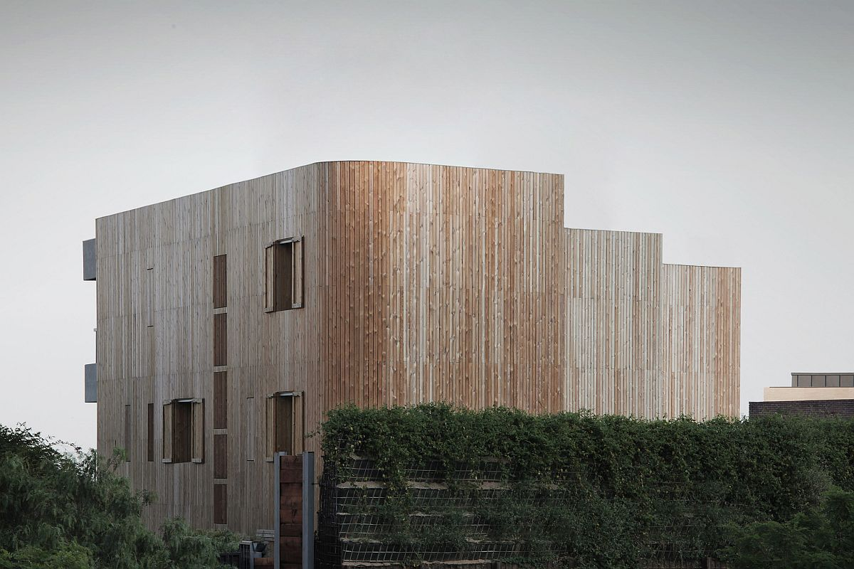 Wall of wood acoustics meet aesthetics at house in pedralbes for Curved wall