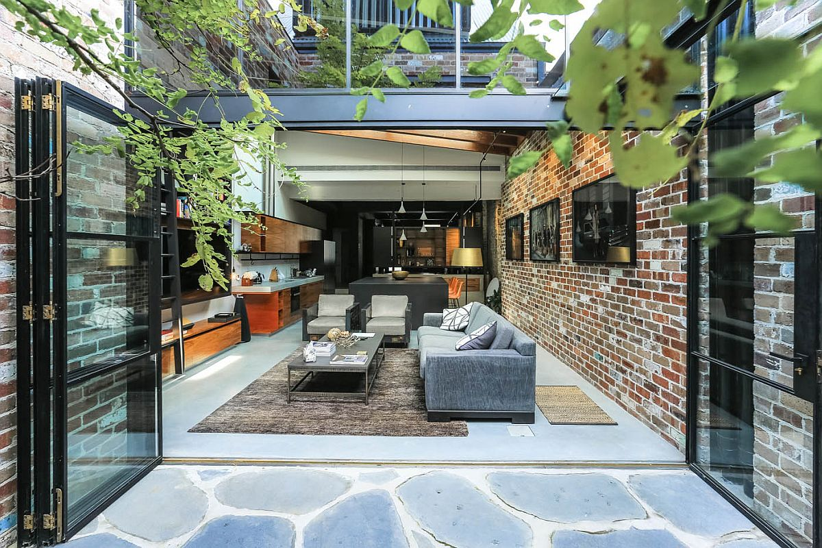 Folding doors connect the internal courtyard with the living space