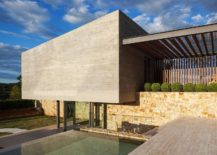 Glass-pergola-connects-the-living-wing-with-the-guest-wing-217x155