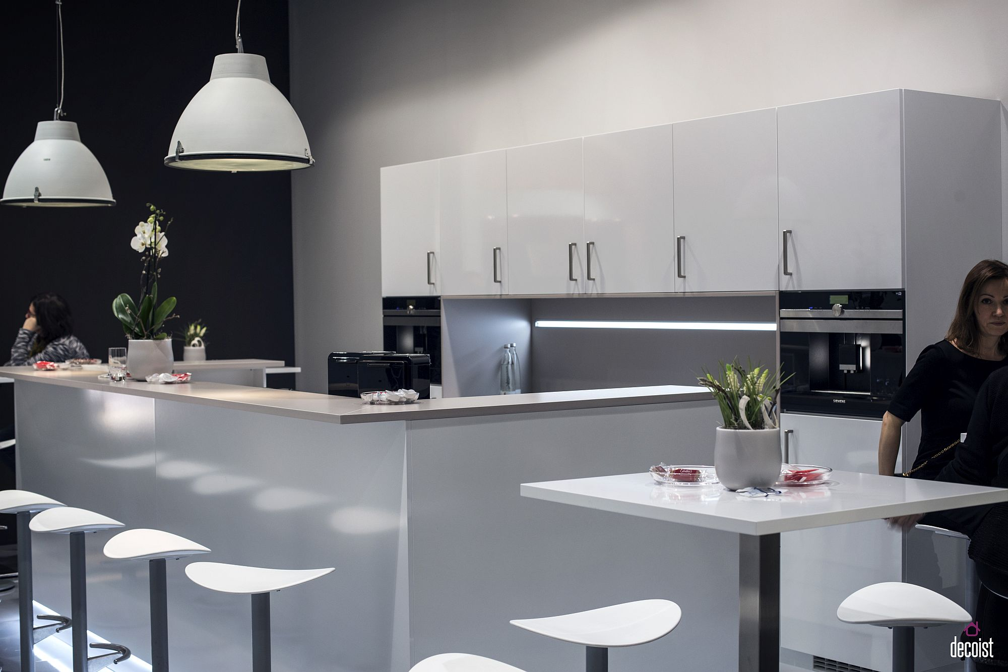 Gray accent wall for the kitchen in white