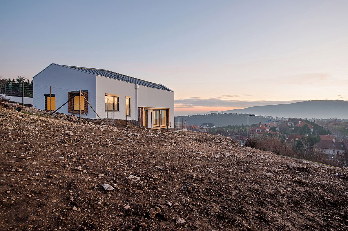 Hilly-lot-on-which-the-V-House-sits