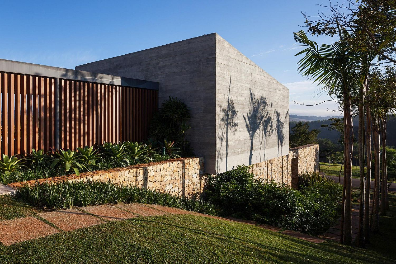 Landscaped-garden-around-the-Brazilian-home