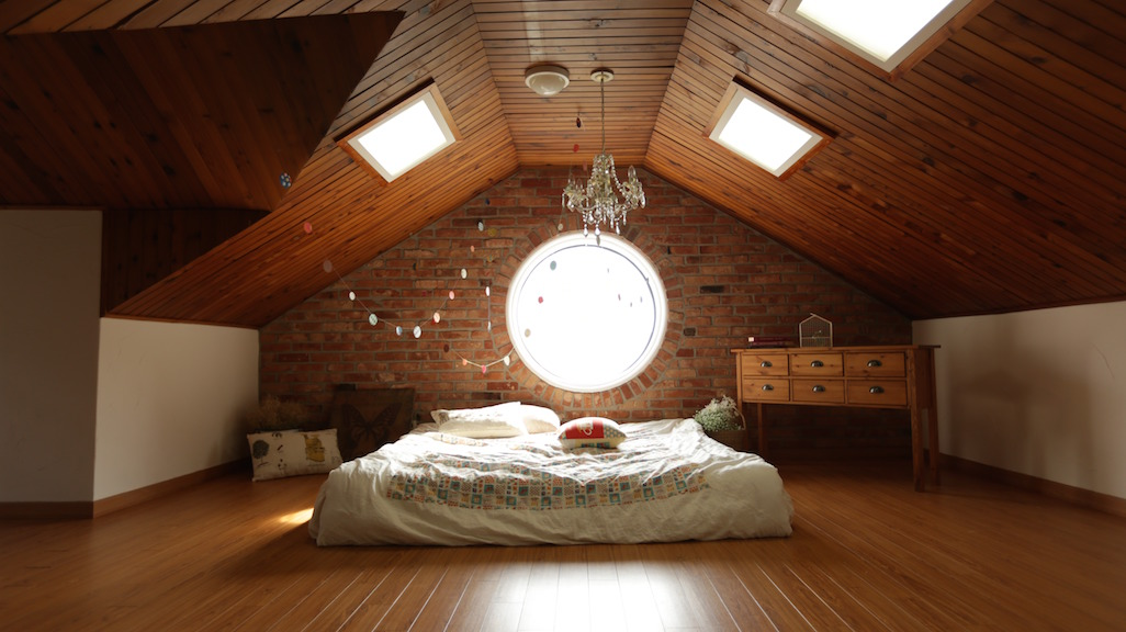Massive round window makes the room truly luminous
