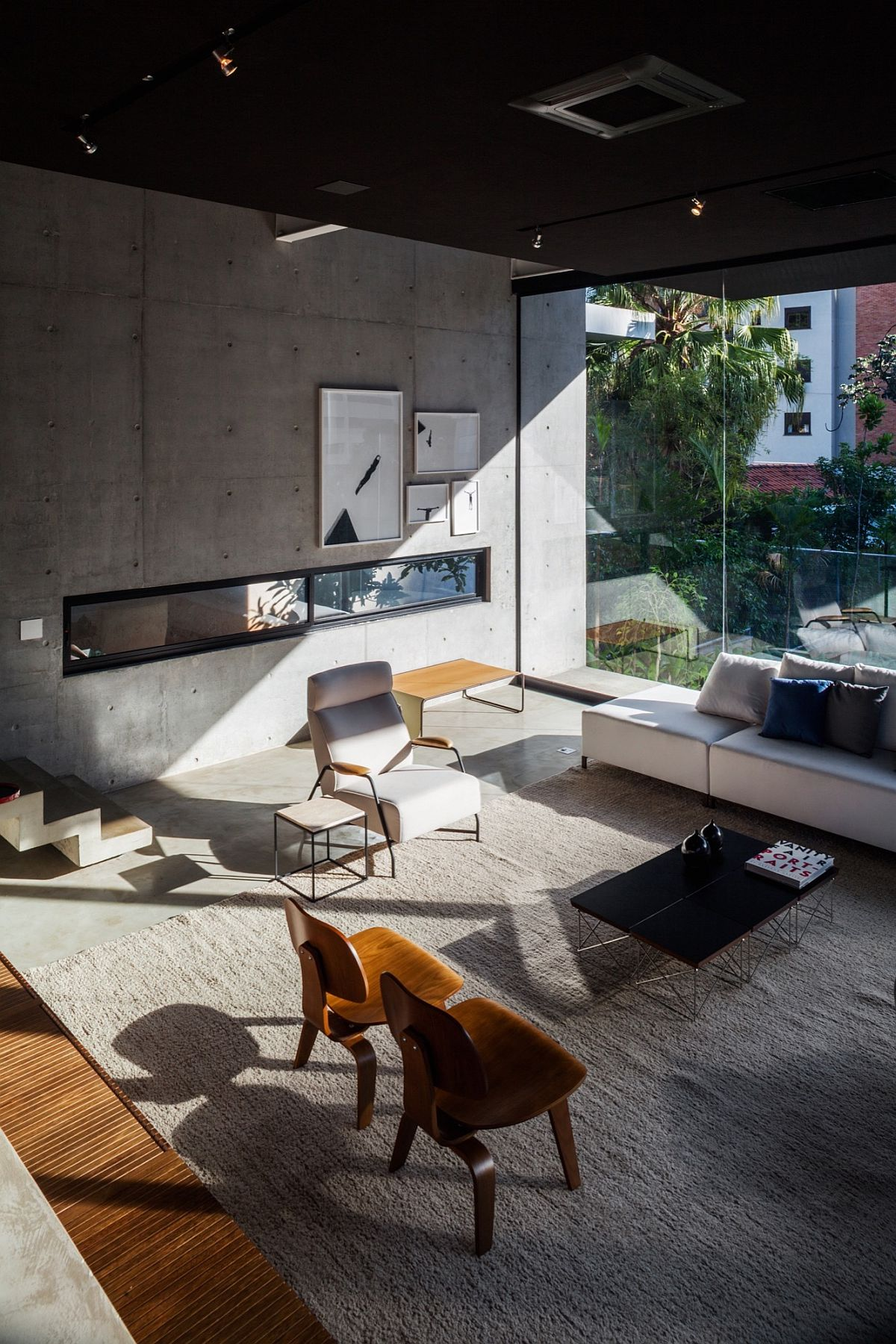 Modern-and-refined-living-room-with-comfy-decor