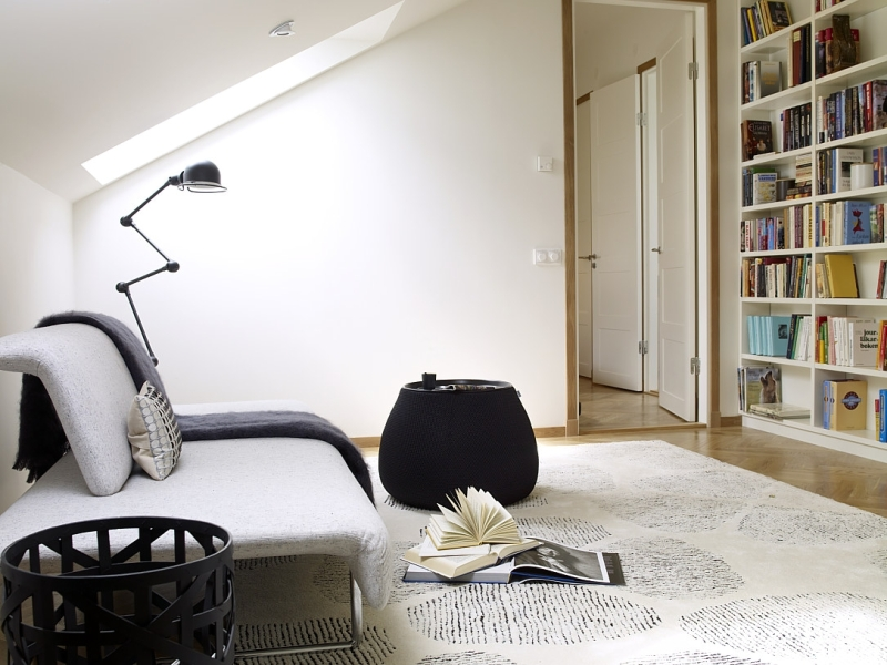 Peaceful-modern-reading-nook-with-bare-walls-