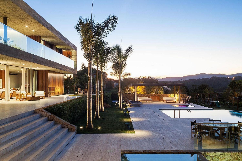 Rear-garden-and-pool-of-House-EL