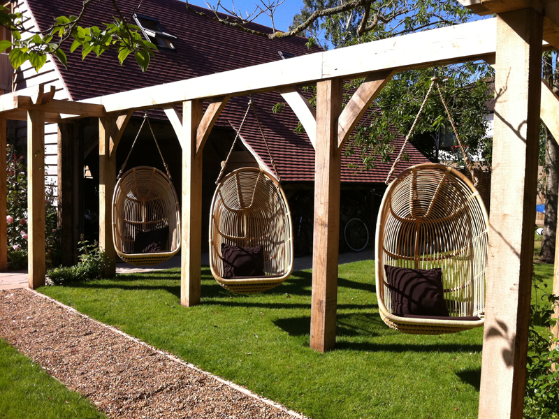 The rattan swings combine the coziness with contemporary design