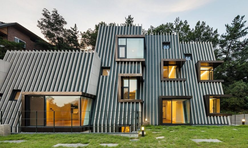 Etched into the Landscape: Dramatic Deep House with Box-type Corner Windows
