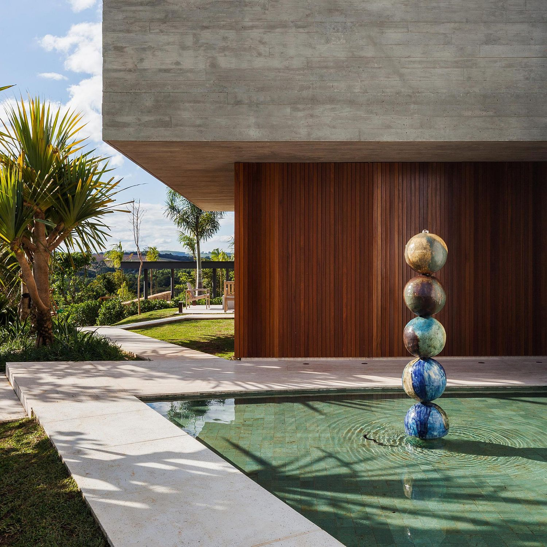 Unique-landscape-and-gardens-around-the-Brazilian-home