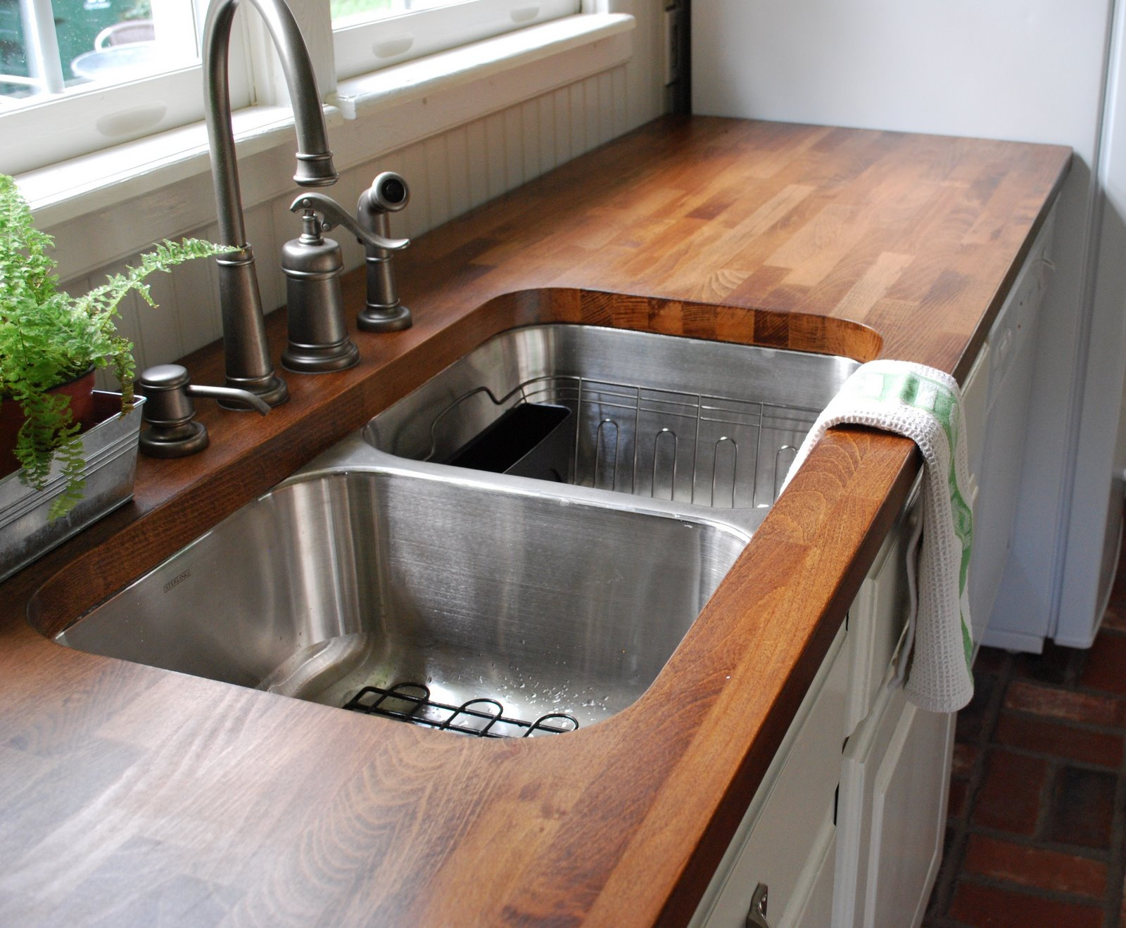 Wooden-countertop-feels-cozy-homey-and-very-welcoming