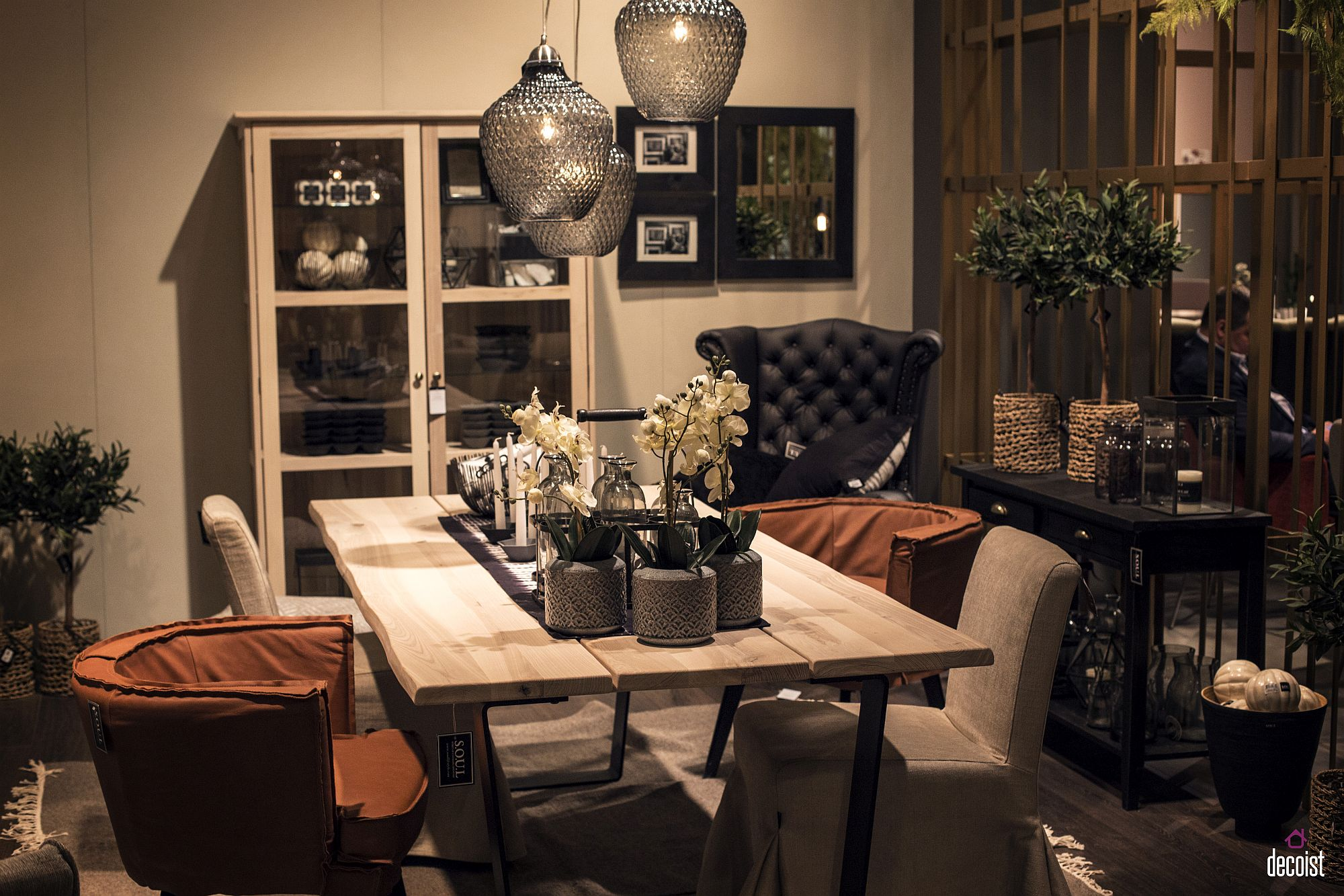 15 ways to bring rustic warmth to the modern dining room for Wood dining table decor