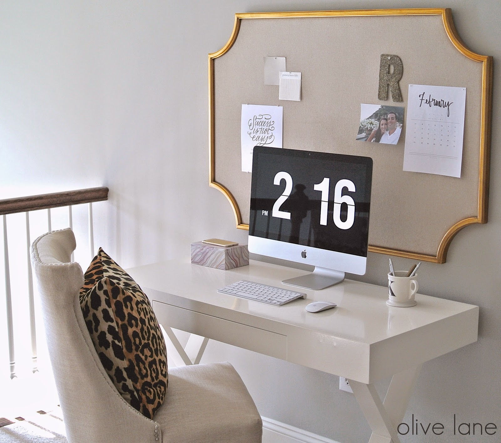 A big memo board with a golden trim as a striking element