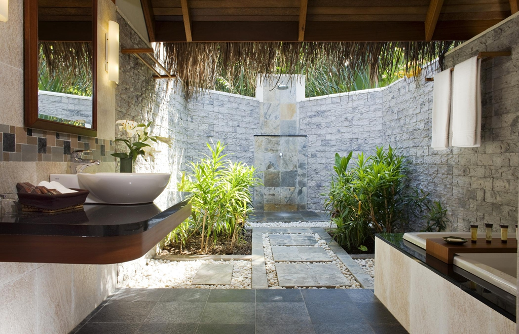 Epitome of luxury 30 refreshing outdoor showers for Indoor outdoor bathroom design ideas
