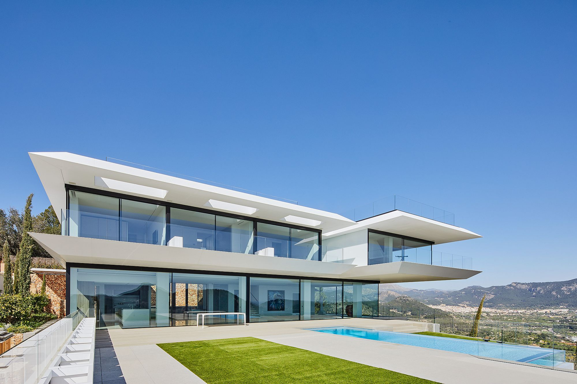 Beautiful-and-minimal-facade-of-the-hilltop-home-covered-in-KRION-solid-surface
