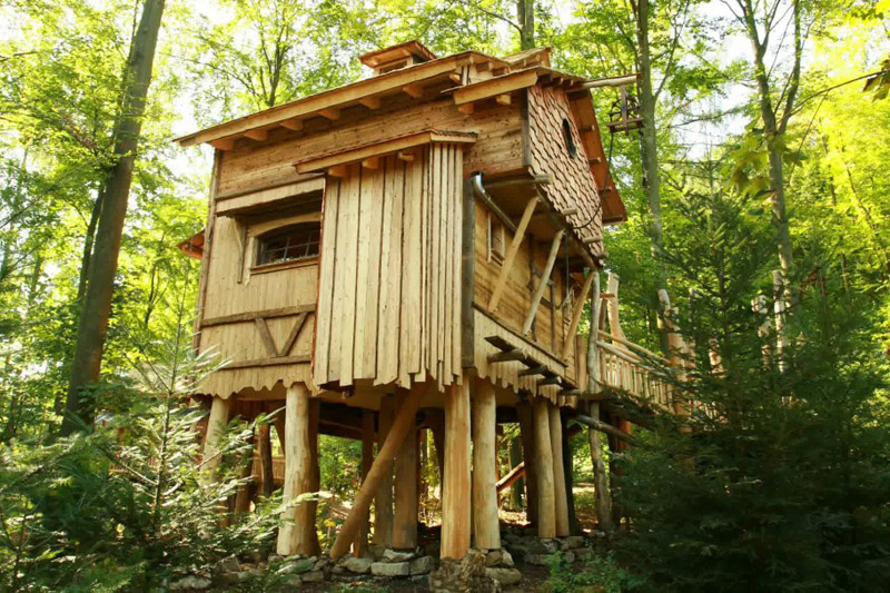 Big treehouse with a strong rustic look