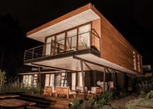 Cantilevered-top-level-provides-shade-for-the-lower-level-sitting-area-217x155