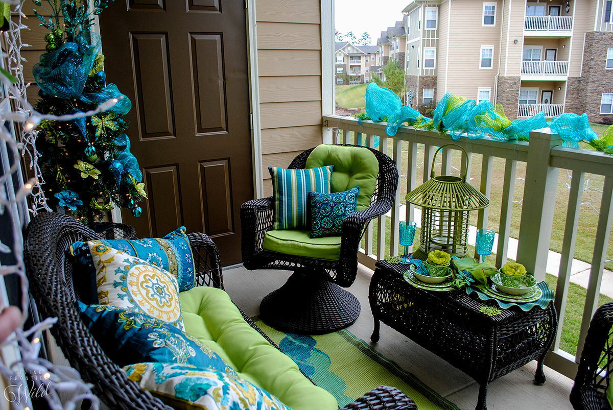 Captivating small balcony decorated in green and blue