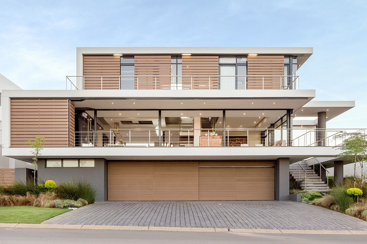 Contemporary House Vista in Johannesburg House Vista: Johannesburg Home Overlooking Lake and Golf Course