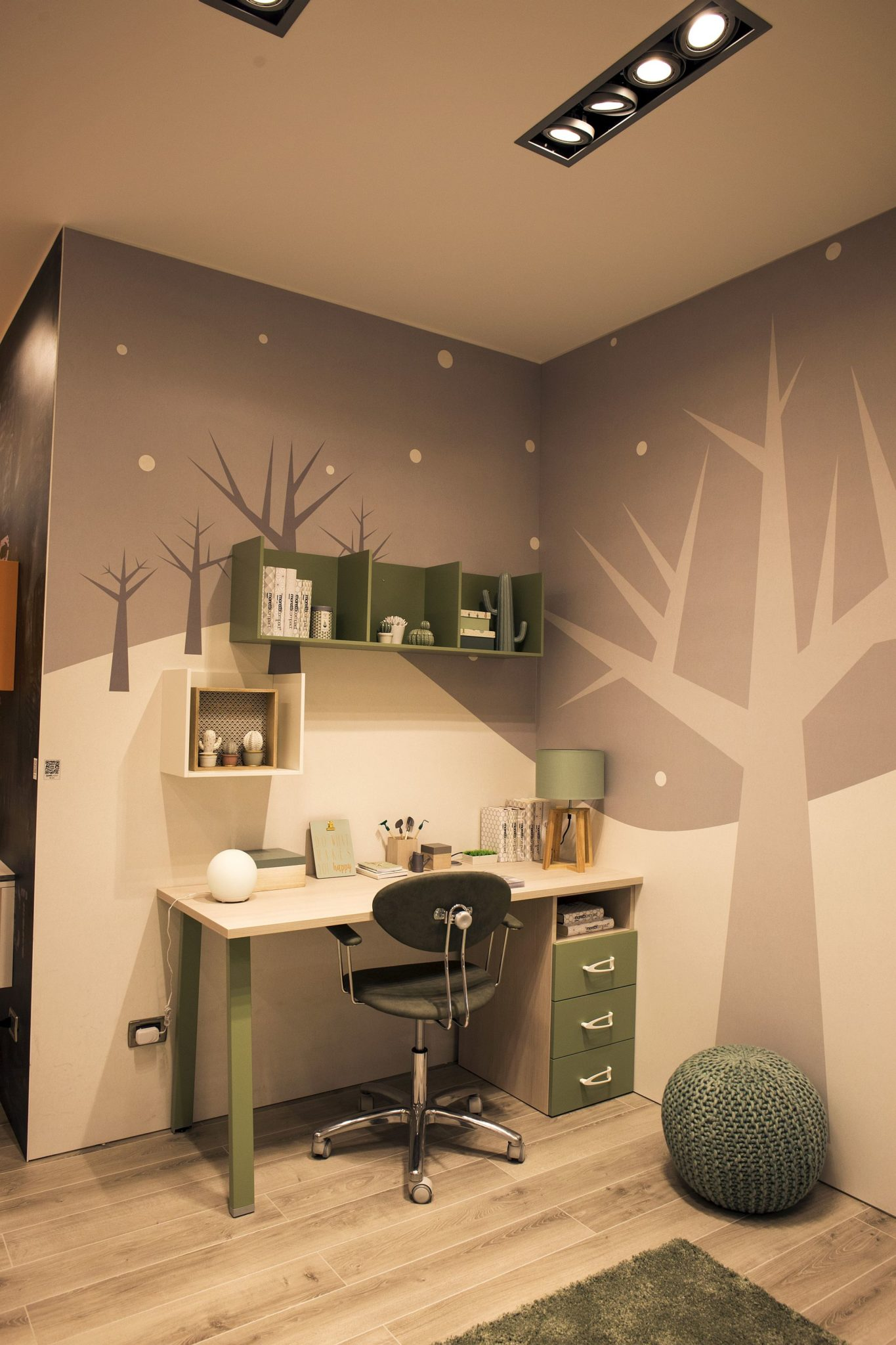 Corner kids' workstation in green and white