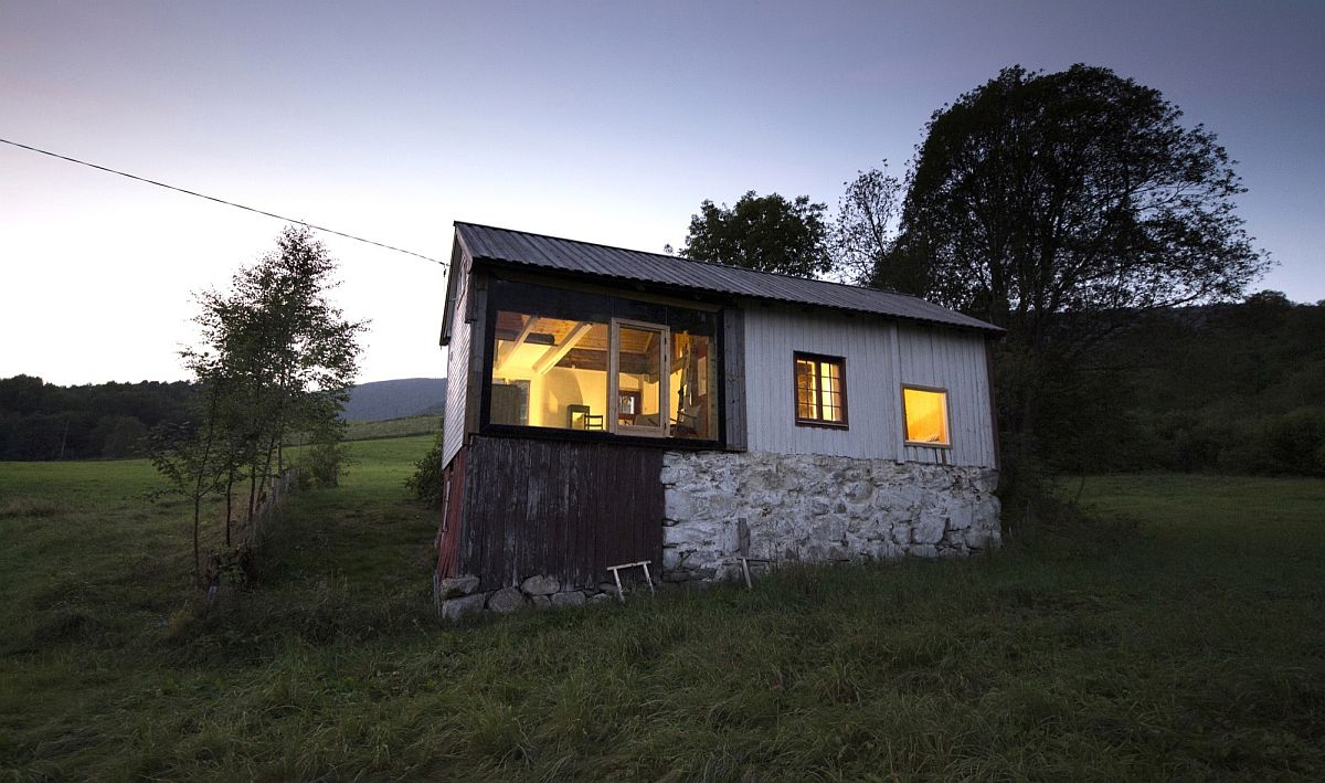 Different materials give the cabin a smart, rustic look
