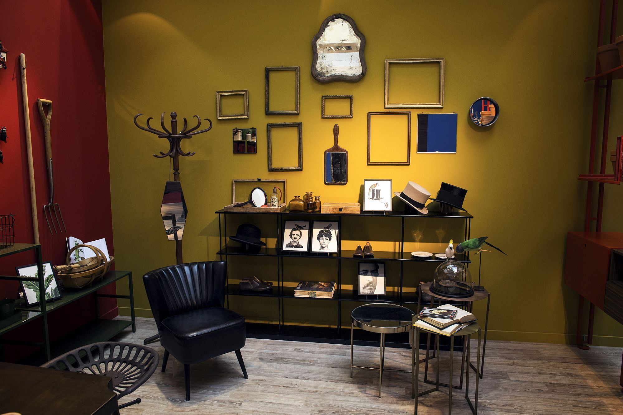 Empty-picture-frames-can-also-be-used-to-fashion-a-striking-display