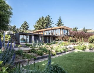 Tavonatti House: Modern Coastal Style Complements Distant Ocean Views