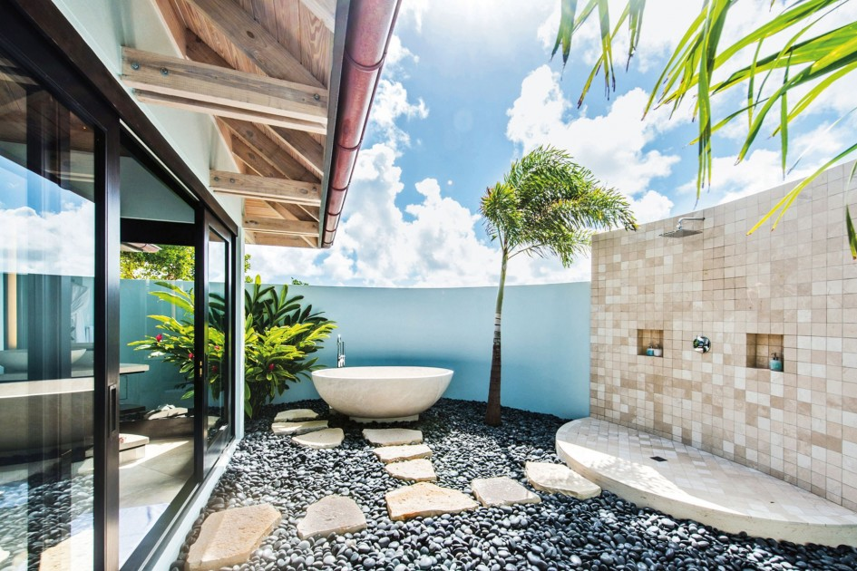 Glamorous outdoor shower with a synchronised color palette