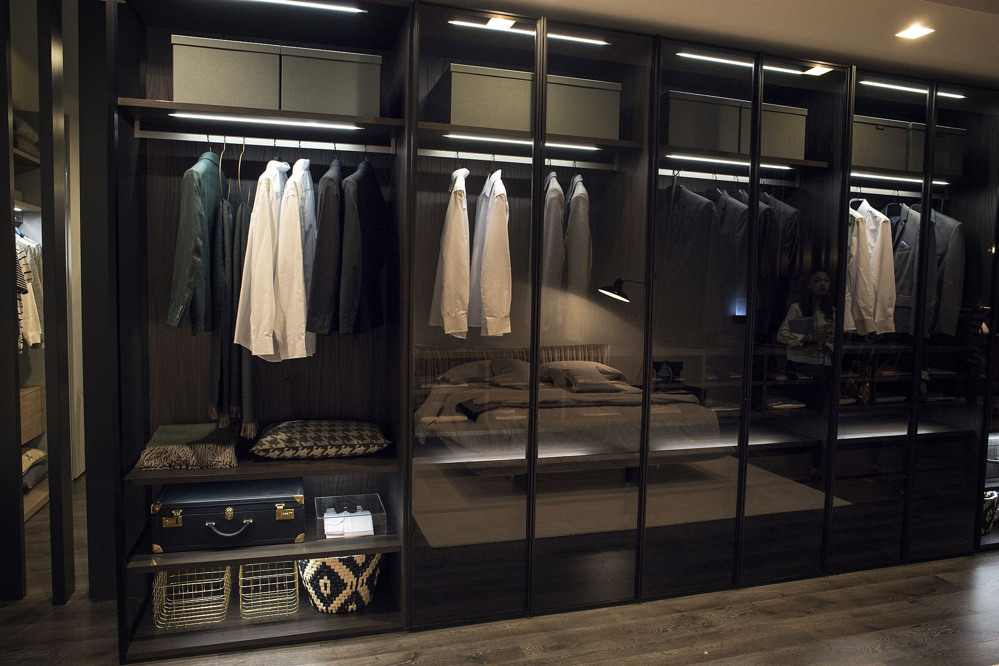Glass doors for the large bedroom wardrobe are for those who are organized