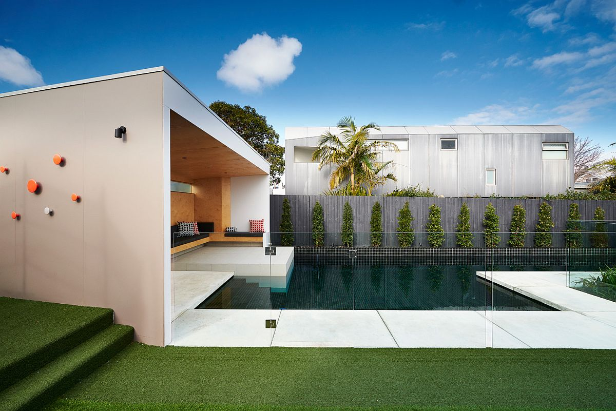 Brighton bunker this plywood clad poolside hangout does for Amenagement exterieur jardin