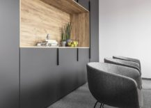 Gray-white-and-wood-shape-the-relaxing-modern-office-217x155