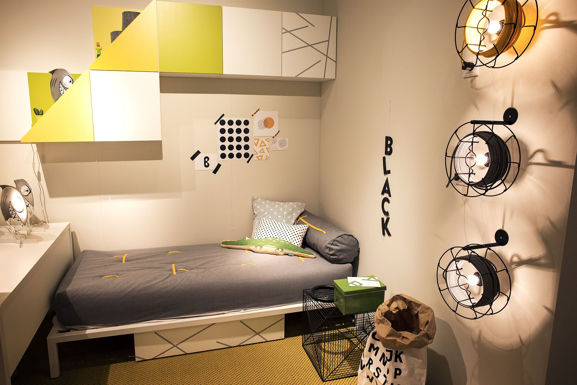 Innovative lighting coupled with space-savvy bed in the tiny kids' room
