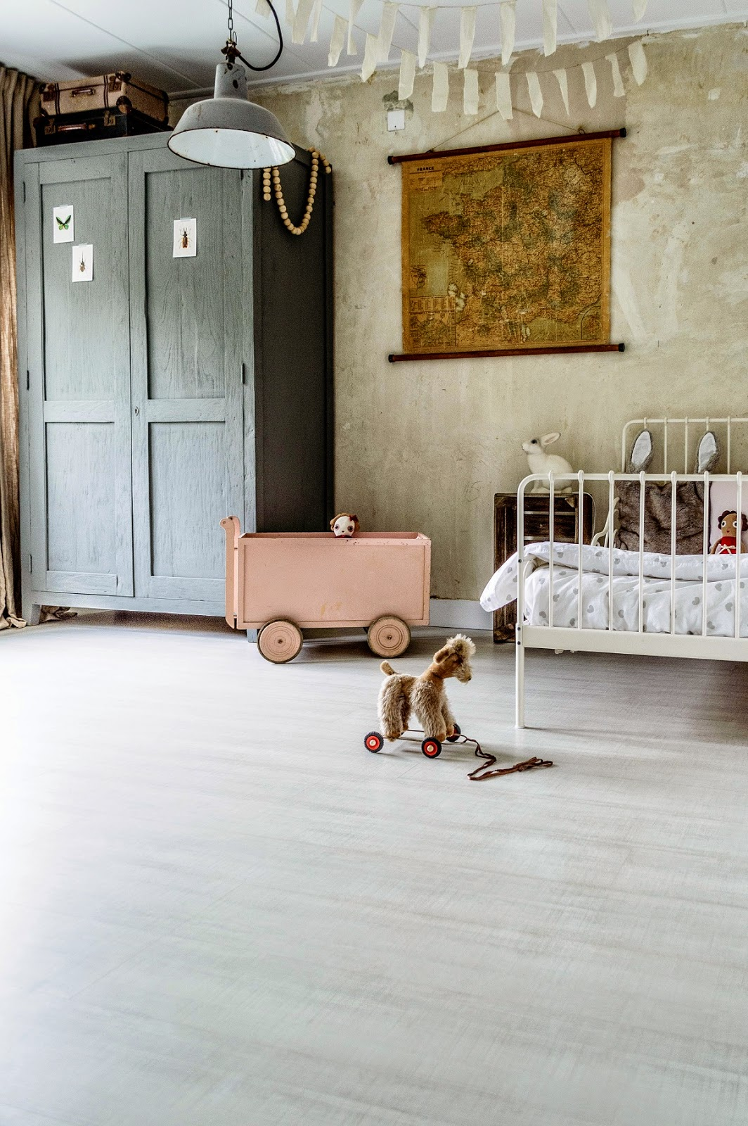 Kids-bedroom-with-classic-vintage-toys-on-display