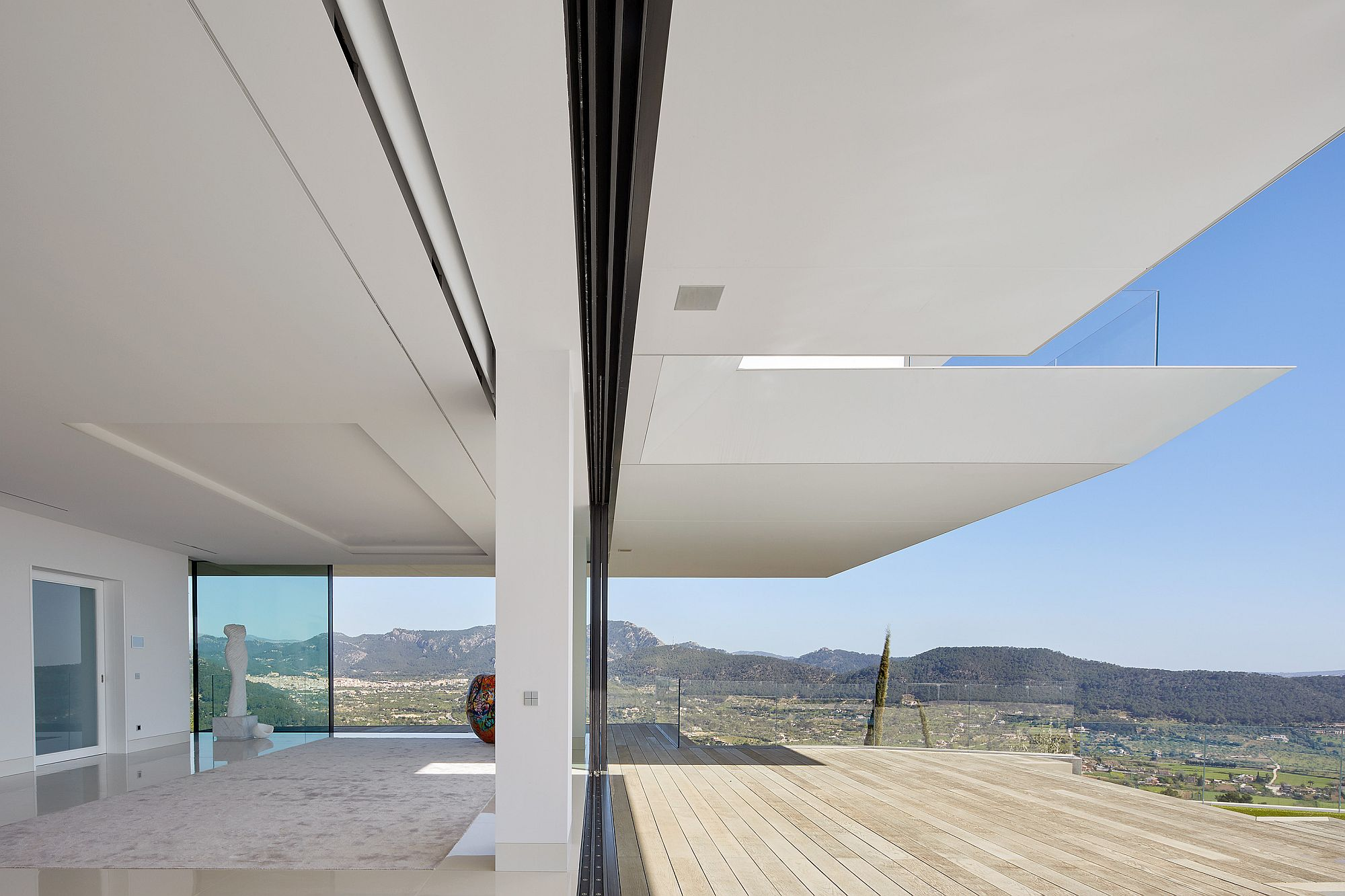 Large-Overhangs-in-KRION-Solid-Surface-blur-the-line-between-the-structure-and-the-vast-open-outdoors