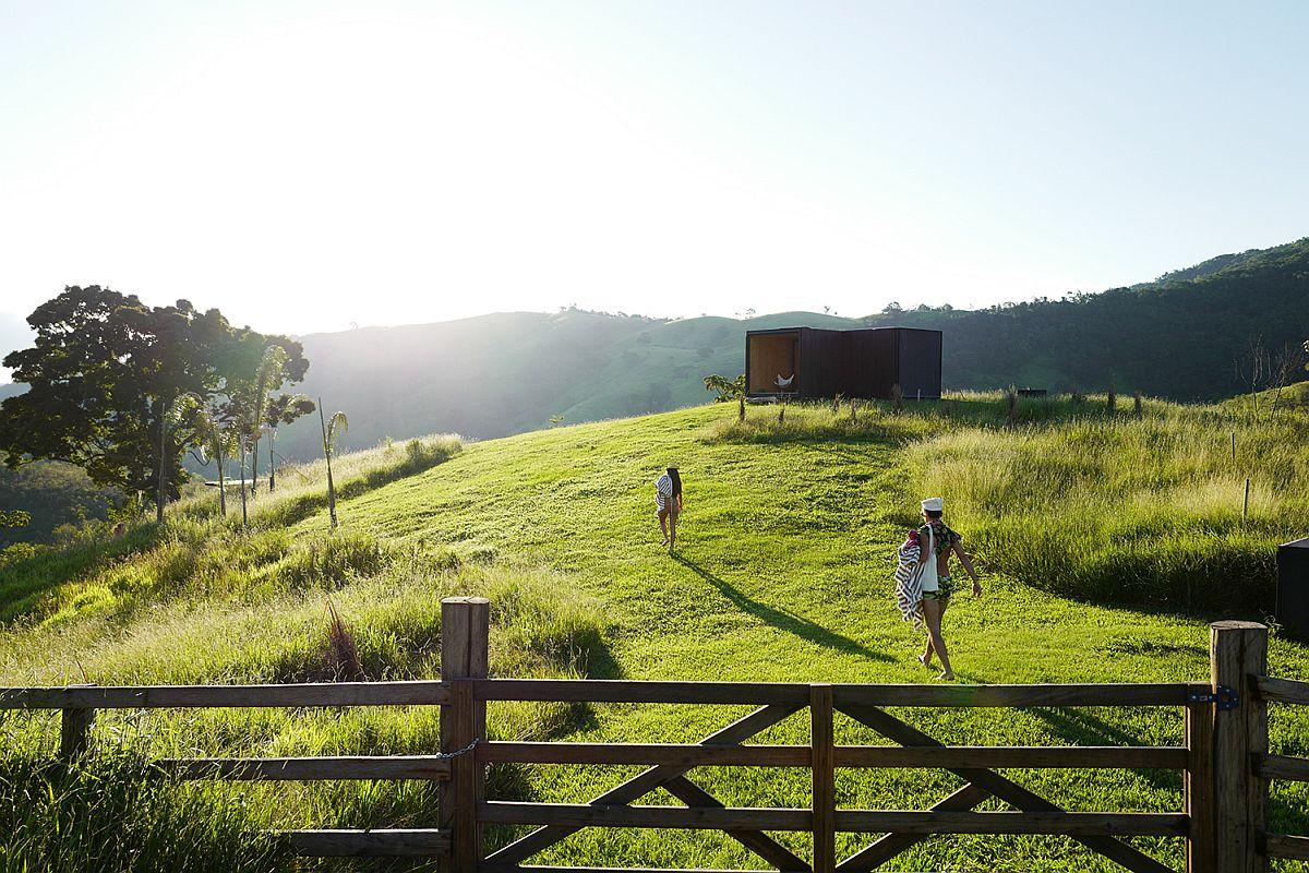 Lush-green-landscape-around-the-prefab-home