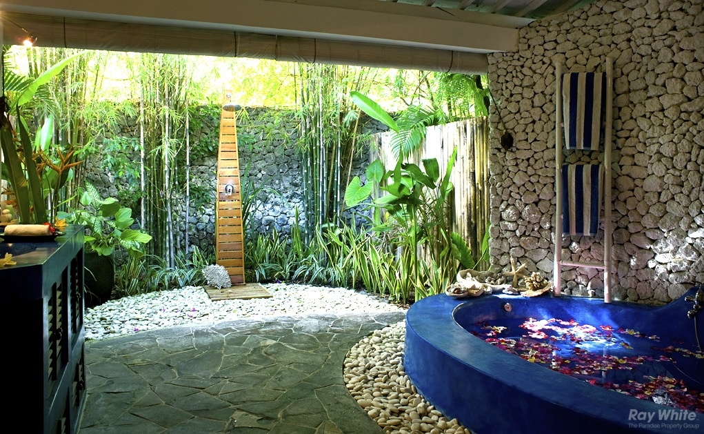 Epitome of luxury 30 refreshing outdoor showers for How to decorate a garden tub bathroom