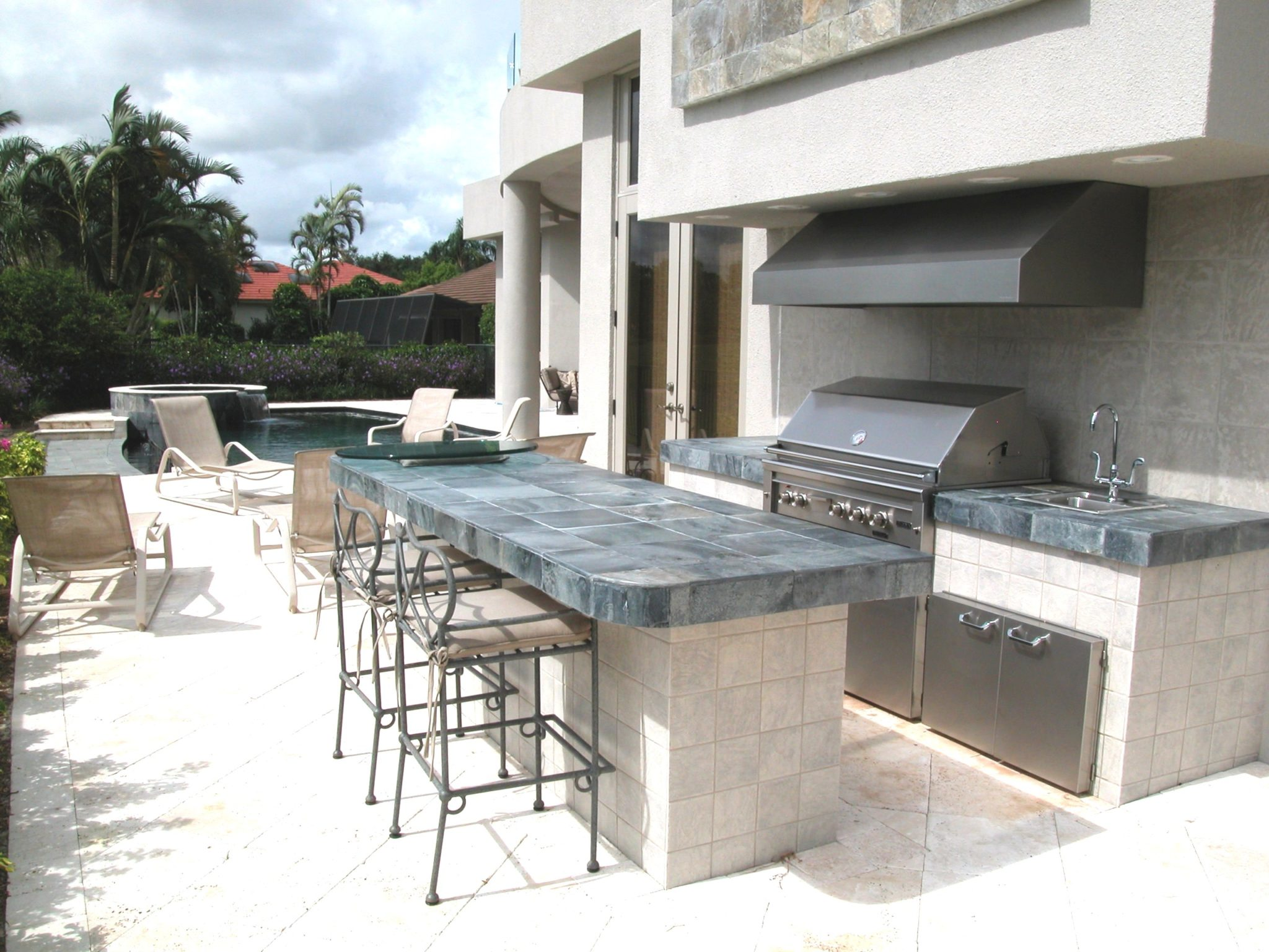 Outdoor kitchen with dynamic style and harmonious appearance