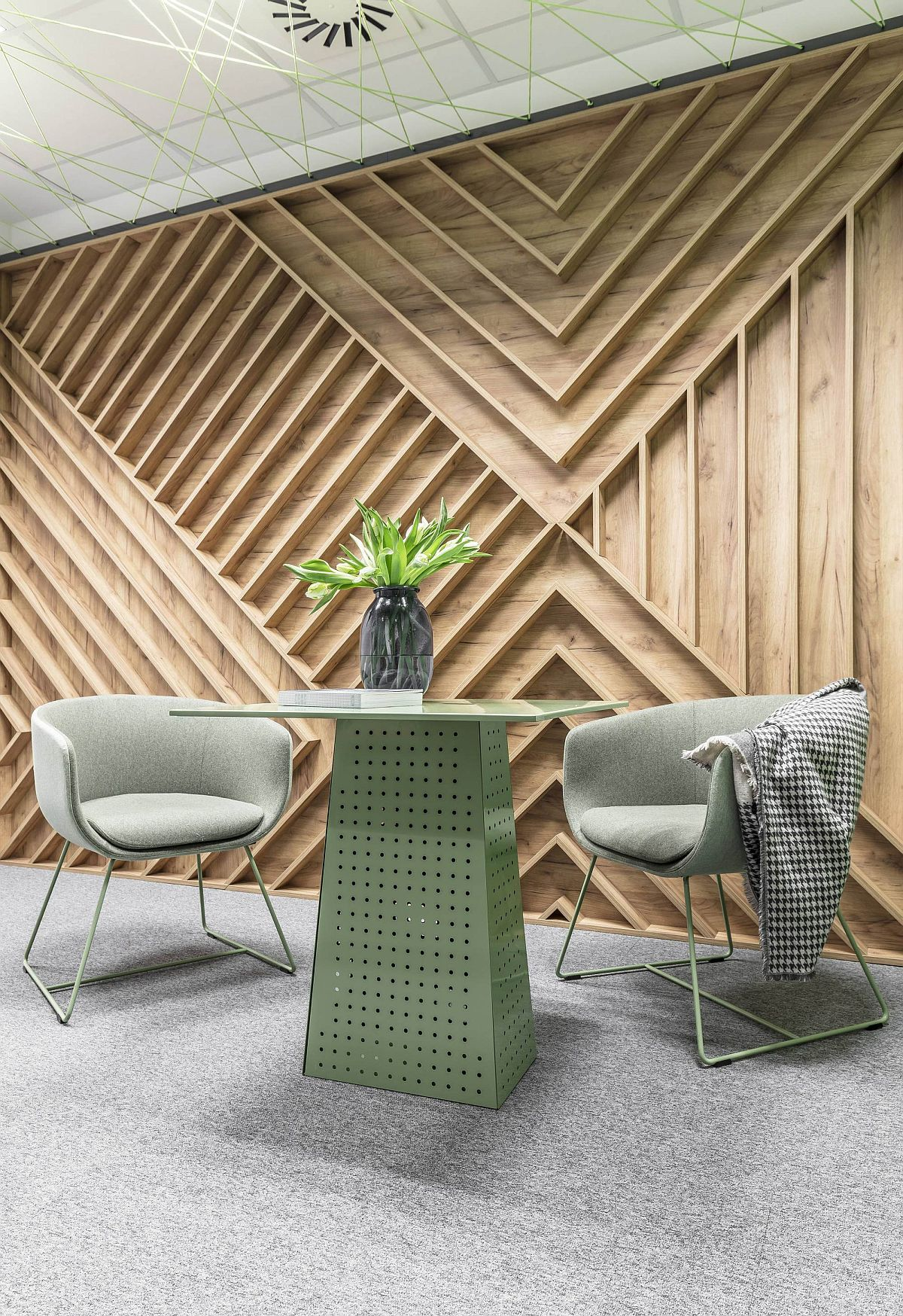 Patterns broght in by wooden walls and pastel hues create a beautiful office setting