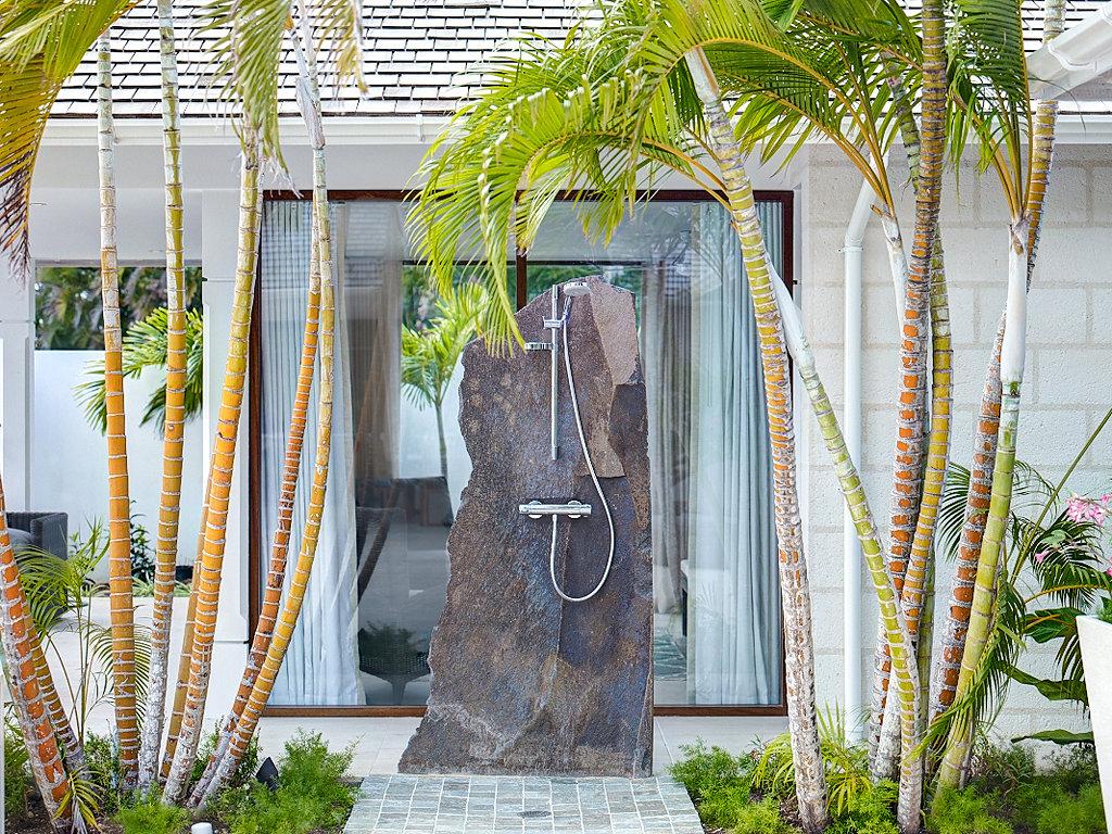 Raw cut stone shower fits the minimalist concept