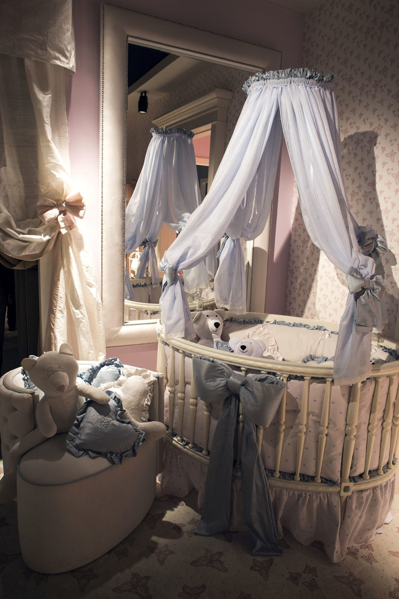 Round crib with a canopy above allows the nursery to stand out from the usual