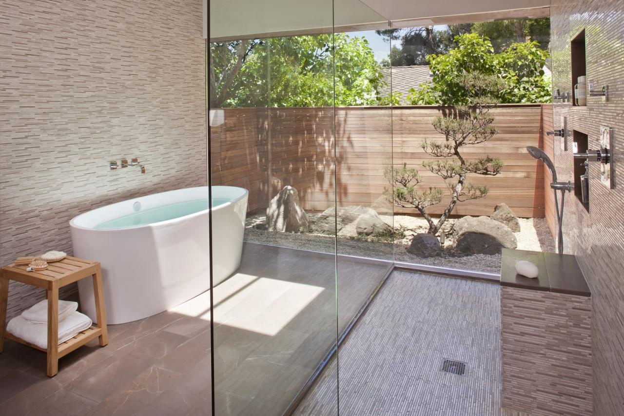 Semi-outdoor shower with glass walls