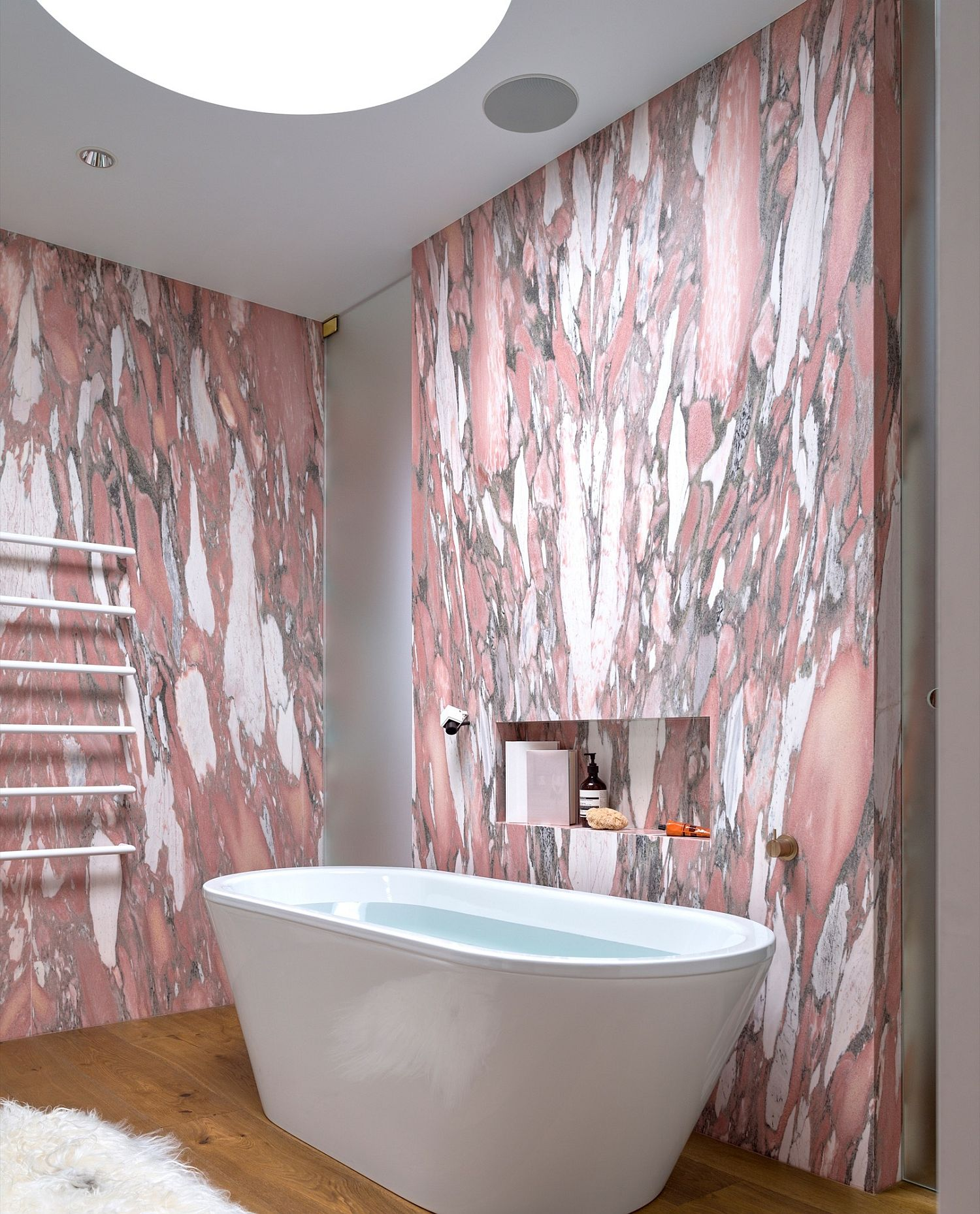 Skylight-bring-natural-light-into-the-bathroom-with-pink