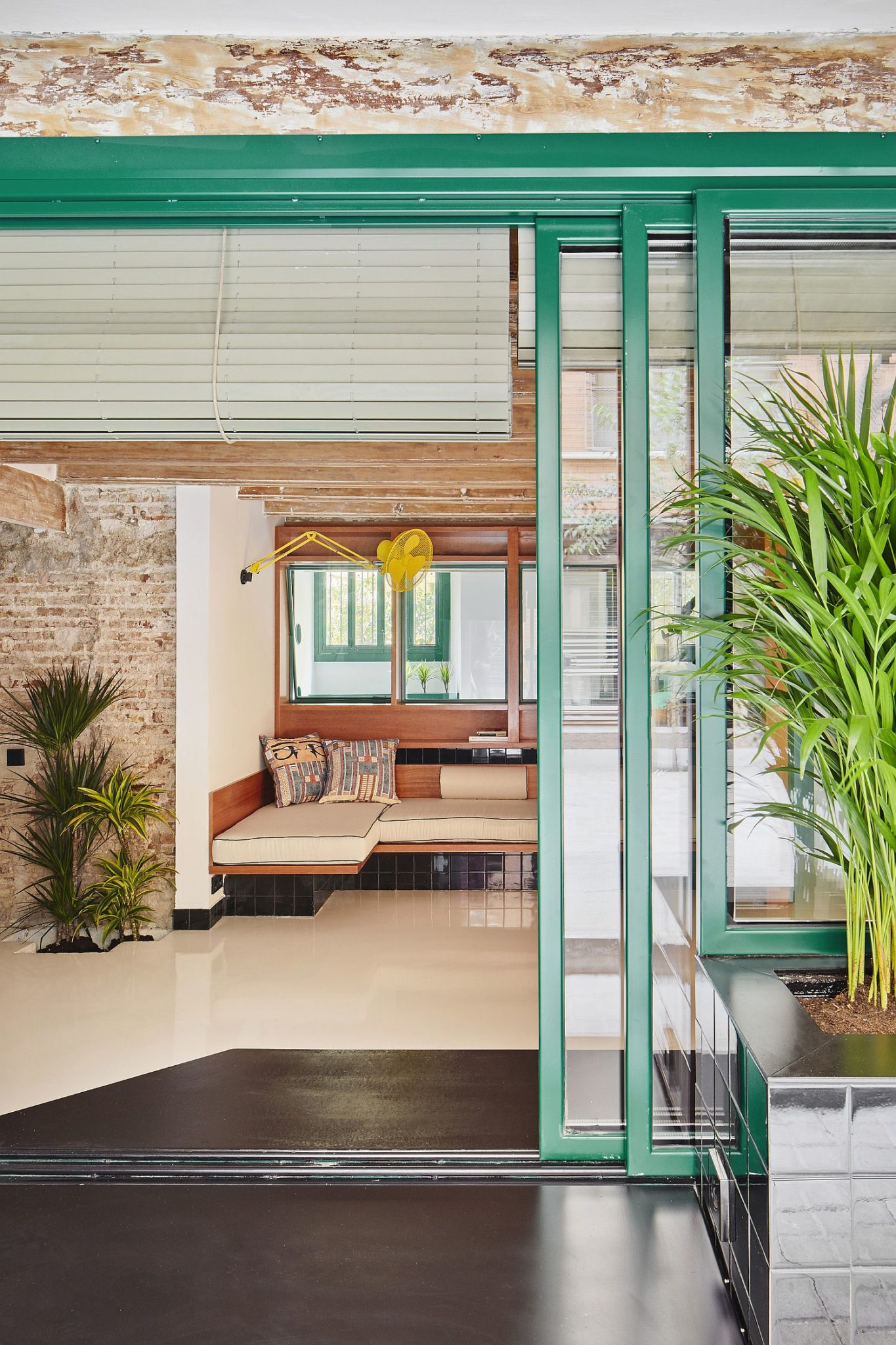 Globetrotting entrepreneur s home in barcelona carved out for Sliding glass doors garden