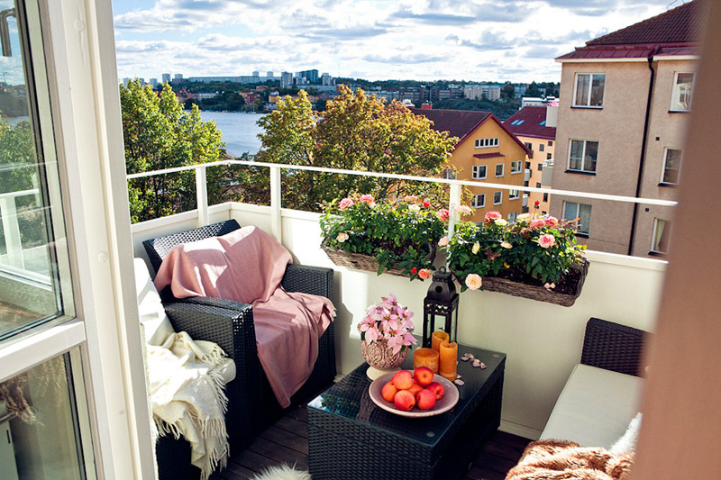 Small balcony with decor pieces in a shade of soft pink