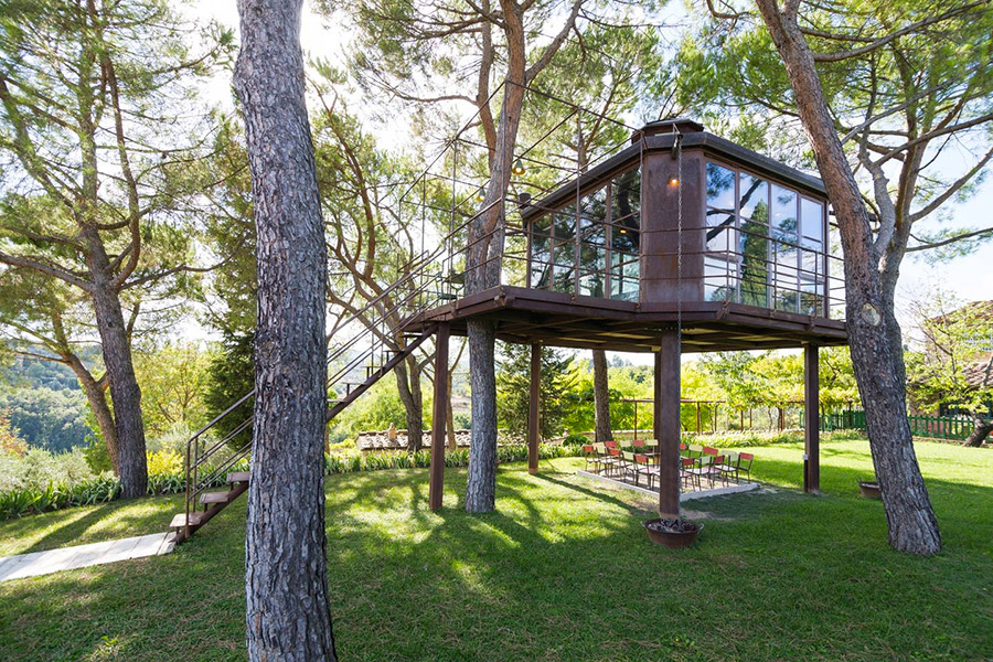 Spacious and luminious treehouse with glass walls